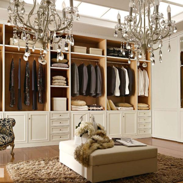 Esempio di cabina armadio attrezzata; sfruttare in modo completo uno spazio grande o piccolo