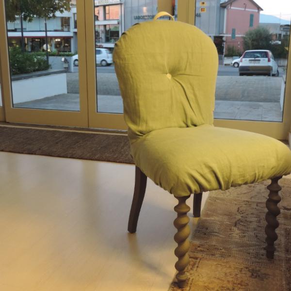 Sedia con schienale e seduta imbottiti in lino. Completamente sfoderabile con zip