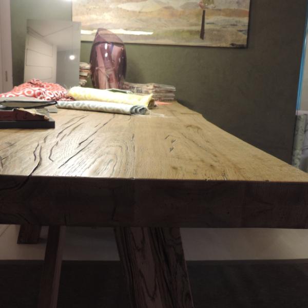 Particolare piano tavolo in massello, trattato